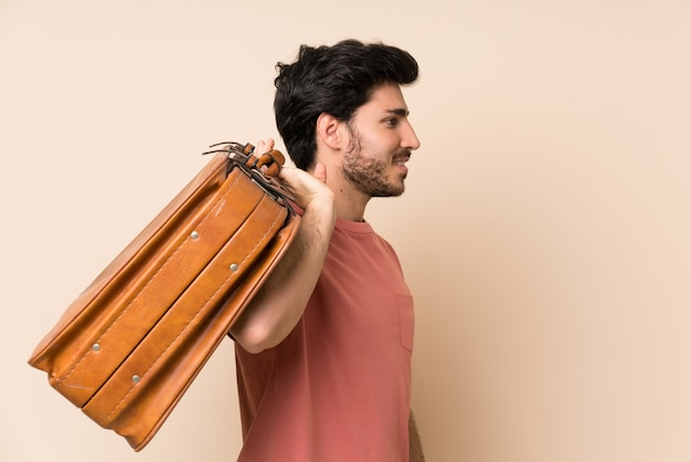 Homem bonito, segurando uma maleta vintage