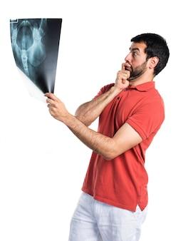 Homem bonito segurando uma varredura óssea
