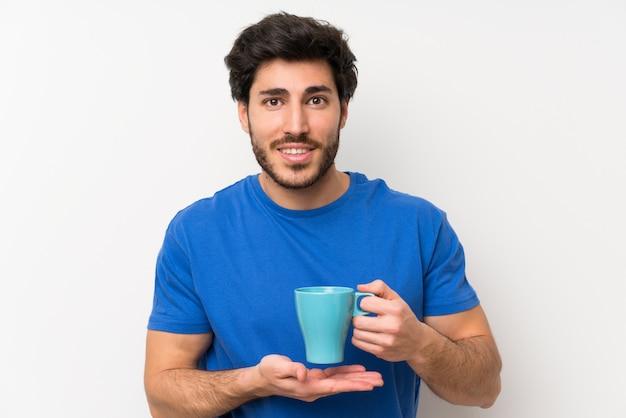 Homem bonito, segurando uma xícara de café quente