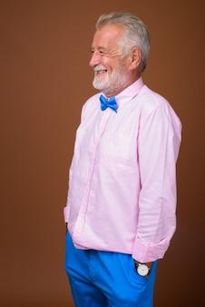 Homem bonito sênior usando roupas elegantes