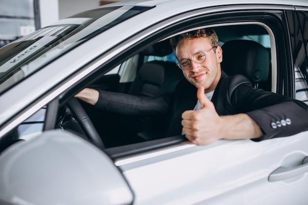 Homem bonito sentado em um carro