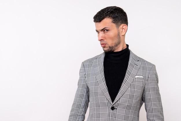Homem bonito sério de vista frontal em um terno em pé sobre um fundo branco
