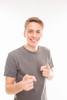Homem bonito sorridente gesticulando e apontando para você