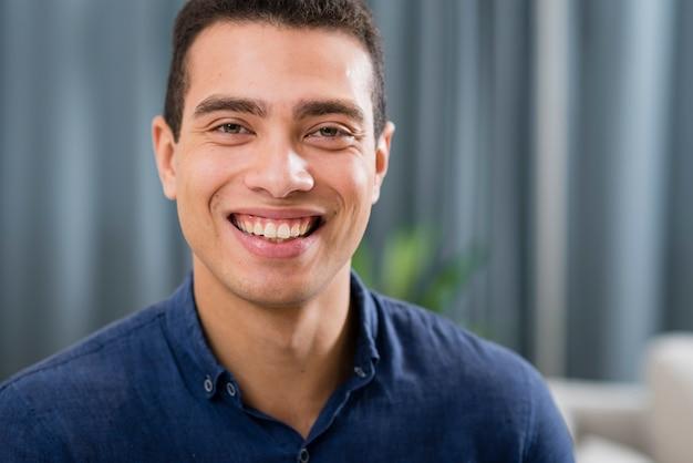 Homem bonito, sorrindo com espaço de cópia
