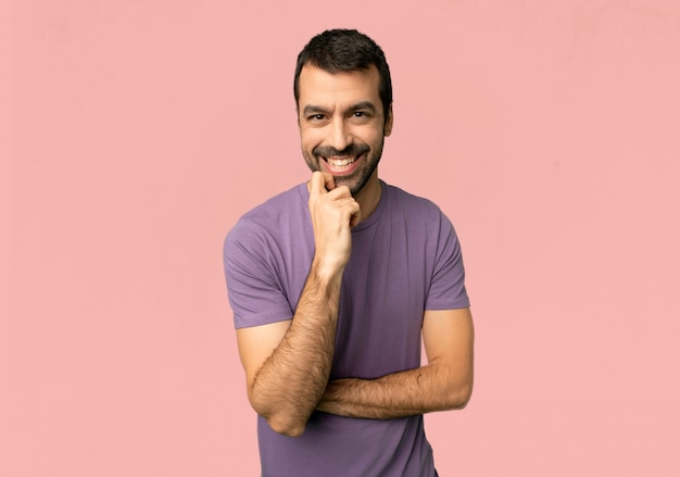 Homem bonito, sorrindo com uma expressão doce