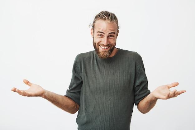 Homem bonito, sorrindo e encolher os ombros