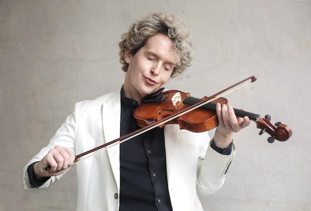Homem bonito tocando violino