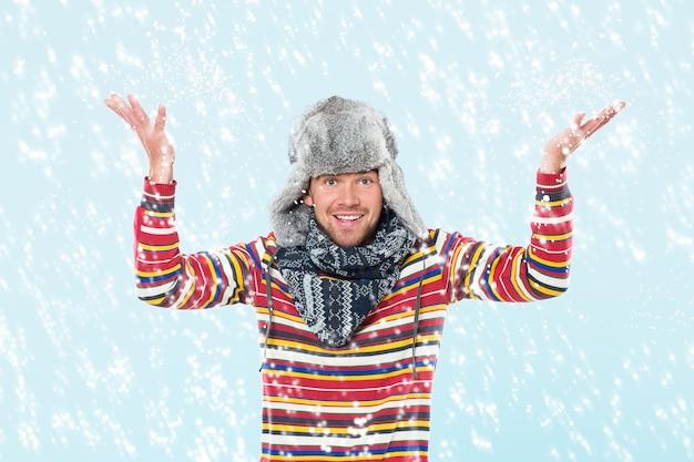 Homem bonito, torcendo na neve