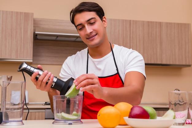 Homem bonito, trabalhando na cozinha