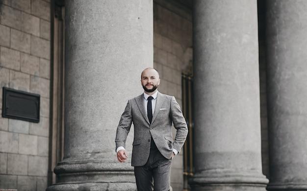 Homem bonito usa terno e gravata. empresário de sucesso