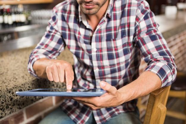 Homem bonito usando computador tablet