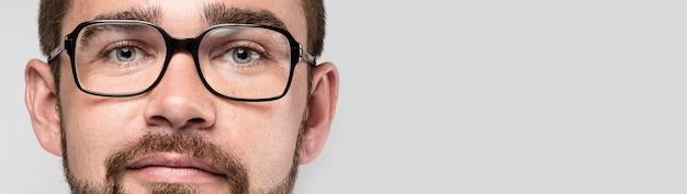 Homem bonito usando óculos com espaço de cópia