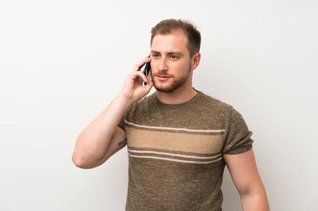 Homem bonito, usando telefone celular