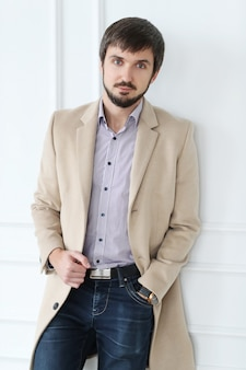Homem bonito, vestindo casaco bege