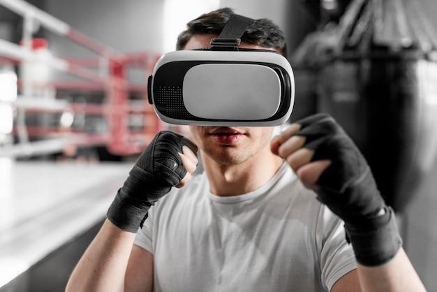 Homem boxeador com fone de ouvido de realidade virtual