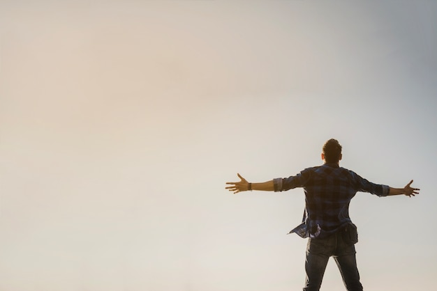 Homem, braços, braços, olhar, céu