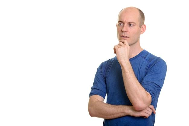 Homem branco calvo pensando com expressão séria