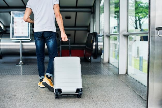 Homem branco, carregando bagagem