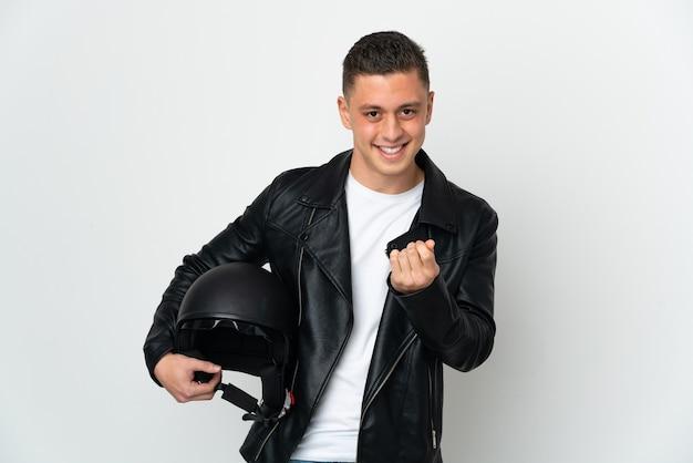 Homem branco com capacete de motociclista isolado na parede branca fazendo gesto de dinheiro