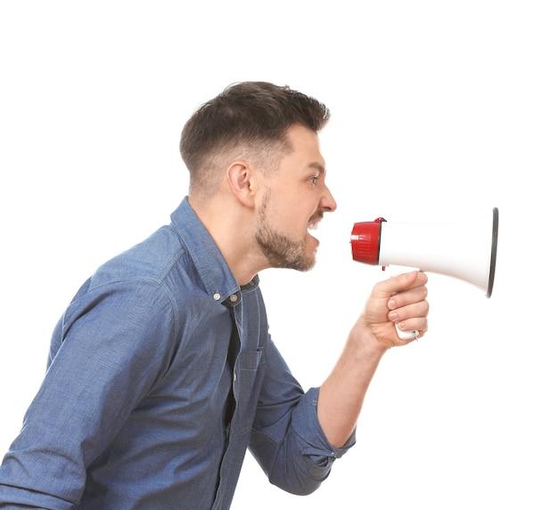 Homem bravo usando megafone contra um fundo branco