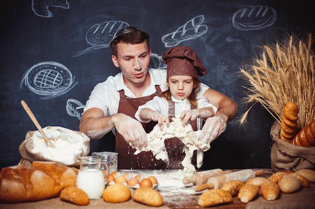 Homem brincalhão com filha fazendo pão