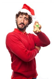 Homem brincalhão com um gingerbread Foto gratuita
