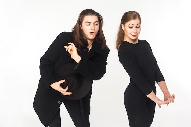 Homem brincalhão flerta com mulher confusa e bonita. conceito de amor. foto de estúdio