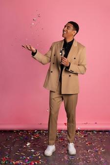 Homem brincando com confete em uma festa