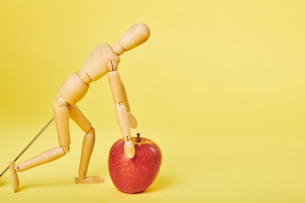 Homem brincando com maçã