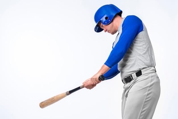 Homem brincando com taco de beisebol