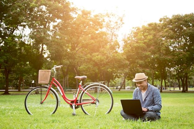 Homem brincando de laptop no parque