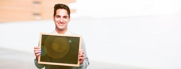 Homem bronzeado bonito jovem com um cartaz