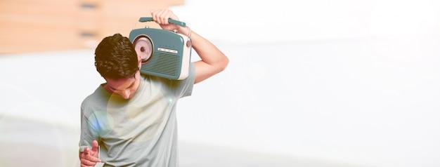 Homem bronzeado bonito jovem com um rádio vintage