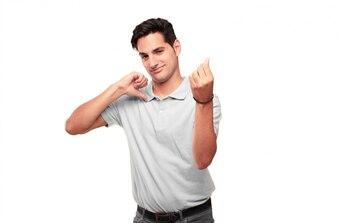 Homem bronzeado considerável novo que olha feliz, orgulhoso e satisfeito, gesticulando o dinheiro ou o dinheiro, anunciando o pr