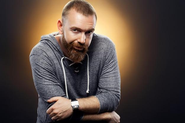 Homem brutal bonito com uma barba