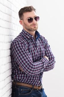 Homem brutal com barba e óculos de sol