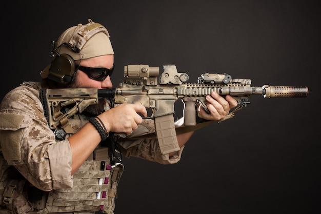 Homem brutal, com o objetivo de seu rifle.