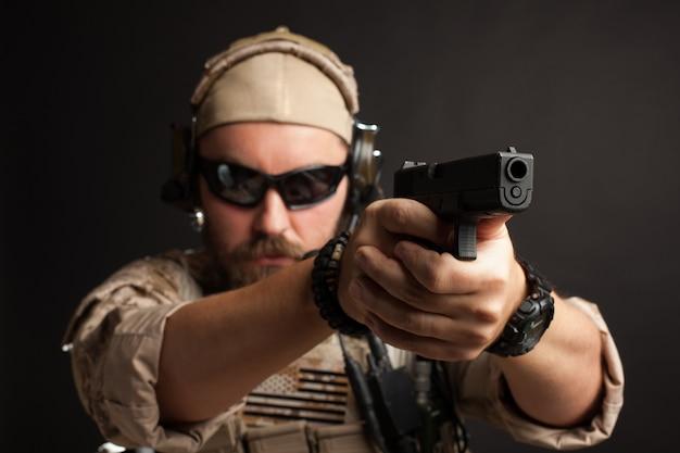 Homem brutal, com o objetivo de sua arma.
