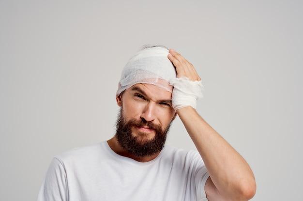 Homem cabeça e braço ferimentos problemas de saúde isolados fundo