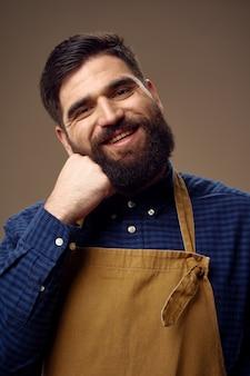 Homem cabeleireiro avental barbearia corte de cabelo profissional
