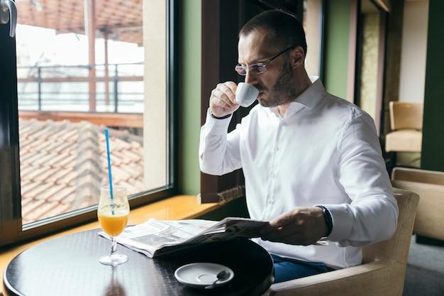 Homem, café bebendo, e, jornal leitura