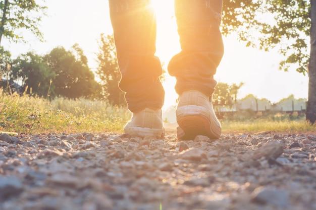 Homem, calça jeans, e, sapatilha, sapatos, andar, estrada, pôr do sol, luz