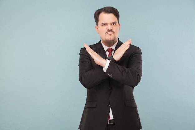 Homem calçando x sinal de mãos mau sinal