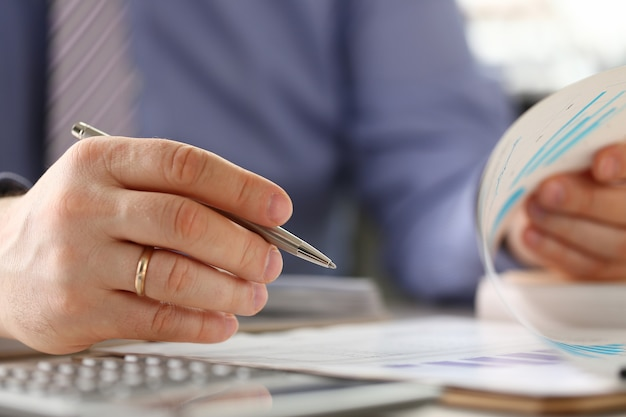 Homem calcula os números de preenchimento do orçamento financeiro no formulário