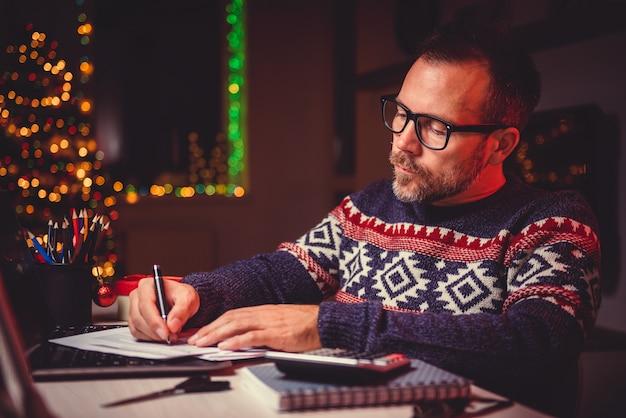 Homem calcular contas e despesas fiscais