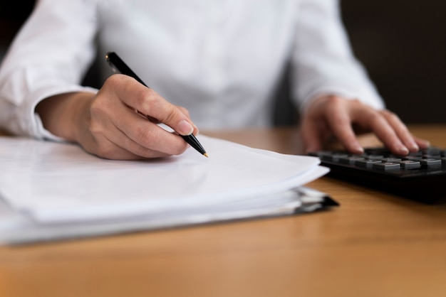 Homem calcular e escrever de perto