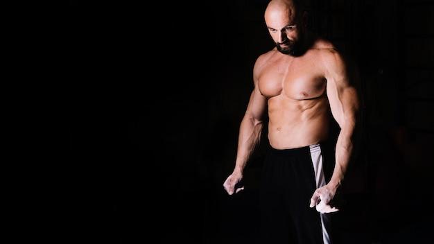 Homem calvo musculoso com tronco nu