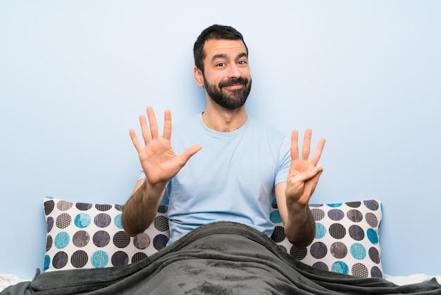 Homem, cama, contando, oito, dedos