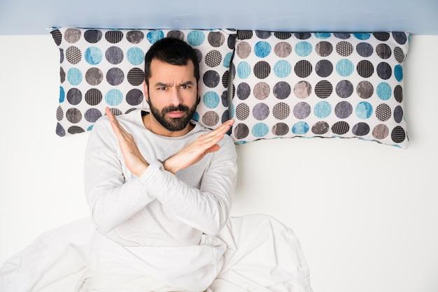 Homem, cama, em, vista superior, fazendo, não, gesto