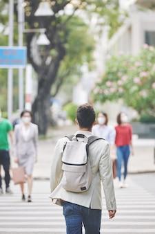 Homem caminhando na cidade infectada